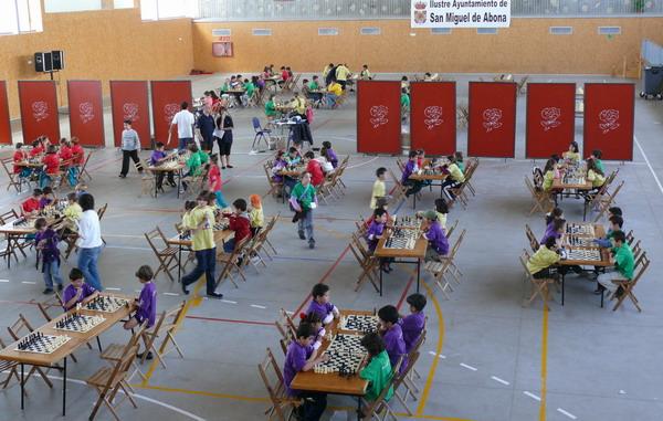 Mehr als 200 Kinder strengten ihren Geist bei der fünften und sechsten Runde des  regionalen Schachturniers von Teneriffa in San Miguel an
