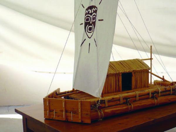 Miniatur-Modell der Kon-Tiki, das Floß, das Thor Heyerdahl weltbekannt machte