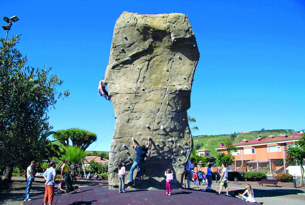 An diesem Felsen finden geübte Kletterer eine Herausforderung und Ungeübte können die ersten Schritte an der Steilwand versuchen. Seil und Sicherung müssen allerdings mitgebracht werden.