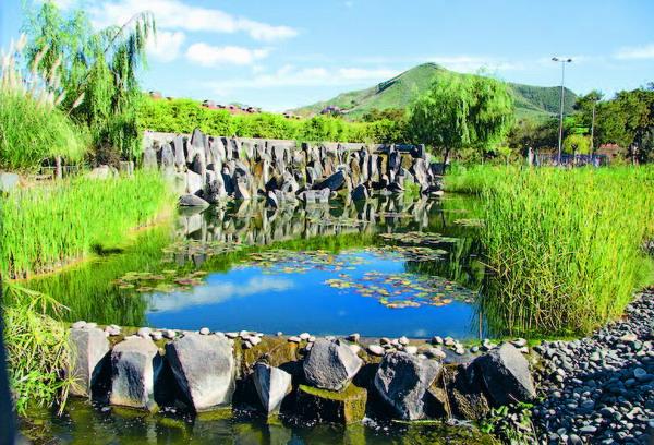 Wasserspiele mal als geruhsamer See, mal als plätschernder Wasserfall, verleihen dem Park eine besondere Stimmung.