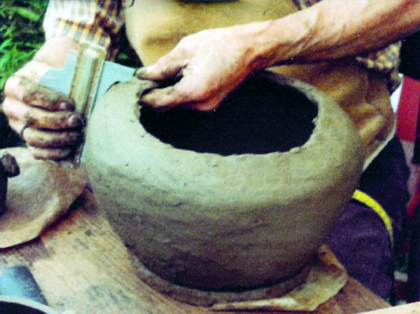 Hier wird Tonwulst auf Tonwulst gelegt, mit den Fingern seitlich verstrichen und danach hochgezogen