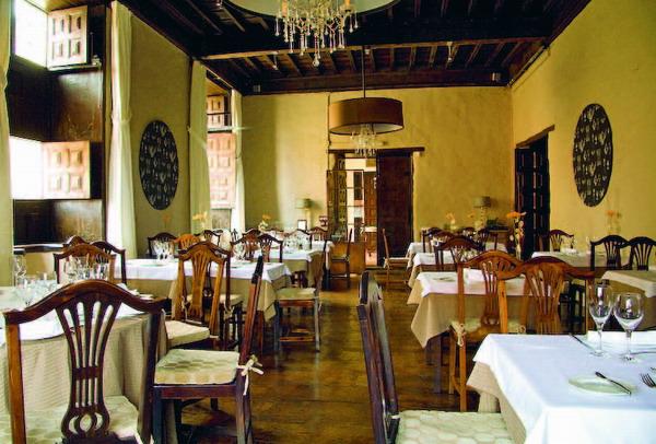 Die Innenräume sind von rustikaler Eleganz geprägt.
