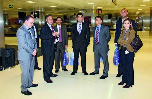 Die Repräsentanten der Inselregierung von Teneriffa und der kanarischen Flughäfen bei ihrer Besichtigung des Reina Sofía