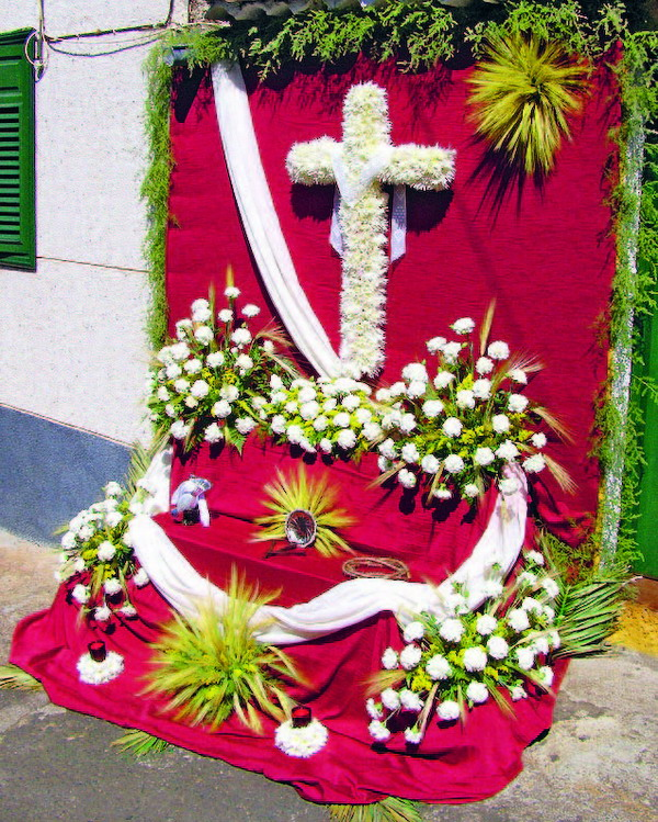 In den prächtigsten Farben und mit vielerlei Blüten werden die Kreuze am dritten Mai herausgeputzt