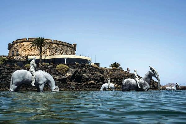 Der Mensch hat der Kraft der Natur nichts entgegenzusetzen, so die Botschaft der vier Reiter vor dem Castillo de San José.