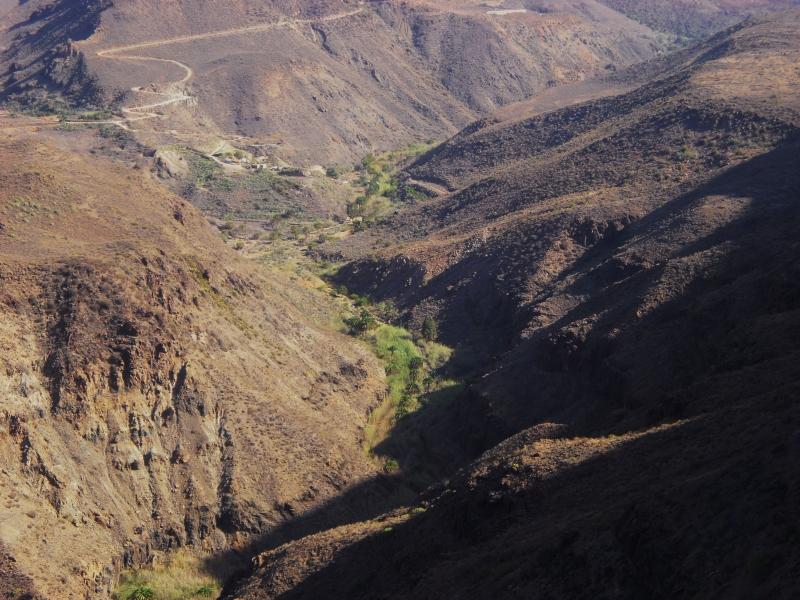Die Landstraße, die sich vom Süden Gran Canarias aus in Richtung Fataga schlängelt, ist eng und kurvenreich. Ein plötzlich auftauchender, großer Stein auf der Straße birgt eine akute Unfallgefahr.