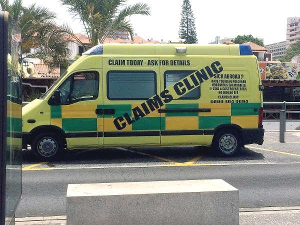 """Mit Bussen machen die """"Piraten-Anwälte"""" Jagd auf Touristen."""
