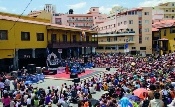 Eine Menschenmenge tummelte sich am Sonntagmittag an der Plaza Europa, um Dornröschen zu sehen
