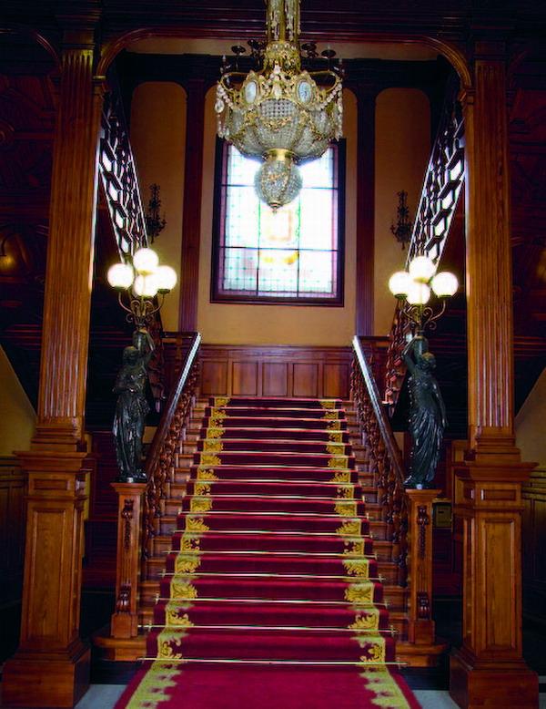 Der Treppenaufgang empfängt die Besucher – es ist fast als betrete man ein Schloss