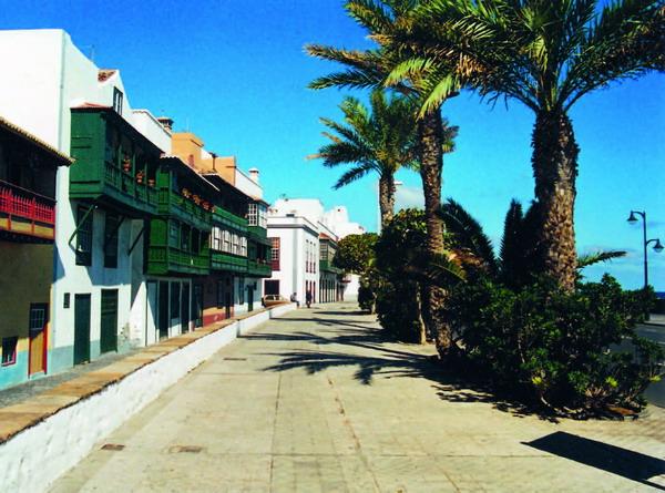 Die Avenida Marítima in Santa Cruz de La Palma ist wegen der alten Häuser mit ihren bunten Balkonen sehenswert