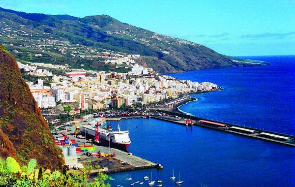 Blick auf Santa Cruz de La Palma und seinen Hafen