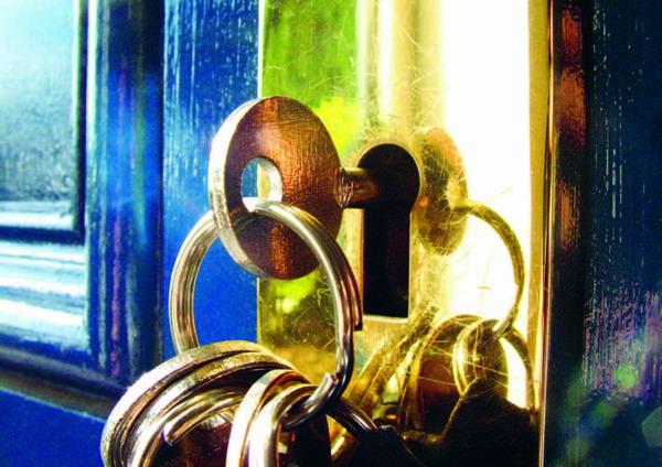 Bei der offiziellen Schlüsselübergabe sollte dem Käufer auch das Gebäudebuch übergeben werden.