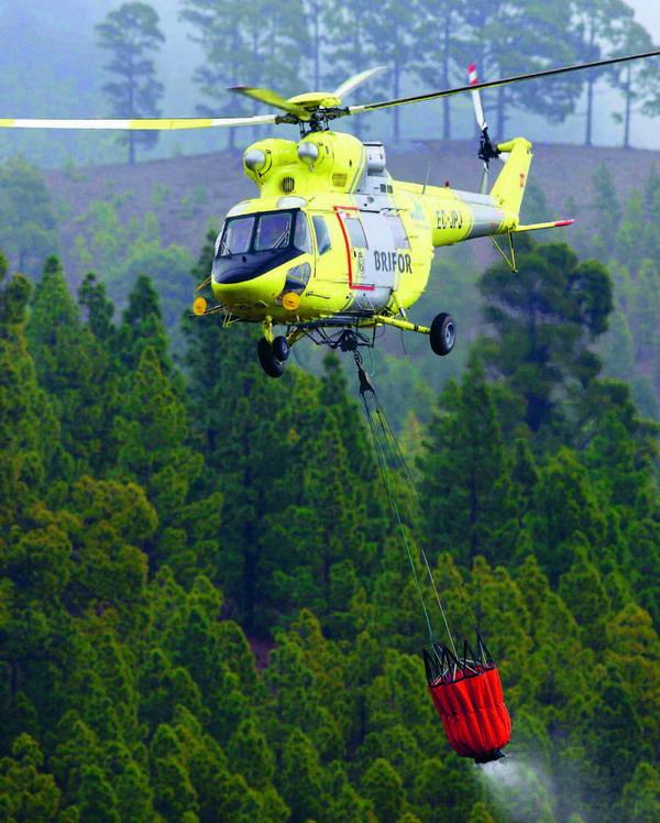 Hubschrauber der Brandschutzeinheit Brifor beim Löscheinsatz im Tal von Hermigua
