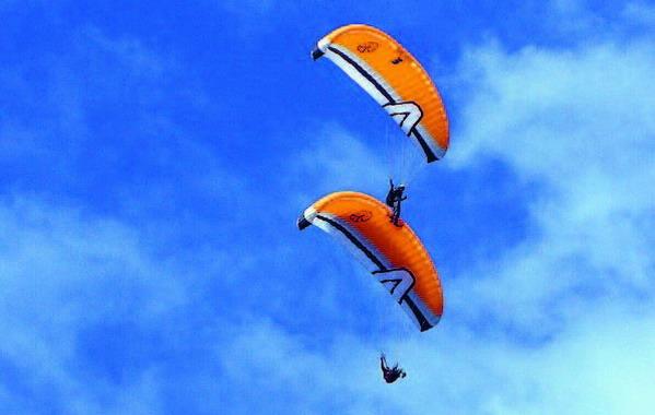 Luftakrobatik, Formationen und zahlreiche bunte Farbtupfer geben Anlass gebannt zum Himmel zu blicken.