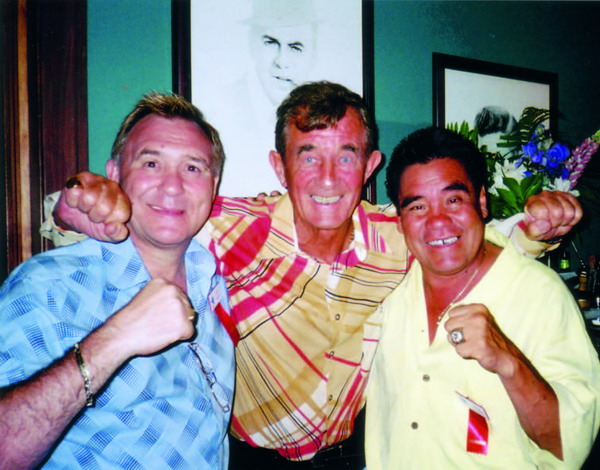 Sandwiched between two boxing greats, England's John H. Stracey and Mexico's Rubén Olivares (l and r )