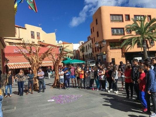 Schüler der Oberstufe in Vallehermoso auf La Gomera protestierten mit einem Mosaik.
