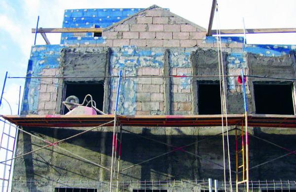 Der Versuch, mit Kunststoff-Gitterfolien die Problemzonen der Fassaden zu eliminieren. Auch das gelingt nicht, weil die Folien nicht in den Putz als Bewehrung eingebettet werden, sondern sich nur zwischen Mauerwerk und Putzunterseite befinden. Sie tr