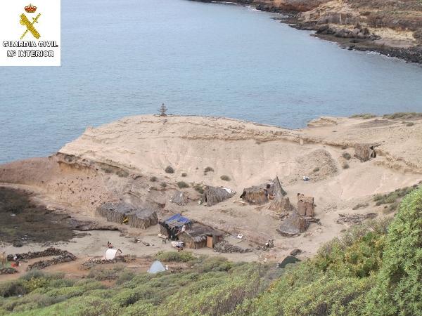 Ein Teil der einfachen Behausungen, die als illegales Wohncamp die Umwelt gefährden.