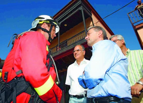 Der kanarische Präsident Paulino Rivero besuchte als erster La Gomera, um sich ein Bild über die Situation zu machen