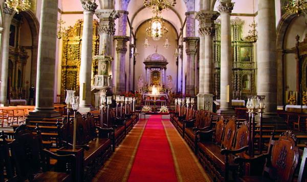 Der Innenraum der Kirche ist gefüllt mit zahlreichen Kunst- und Kulturschätzen