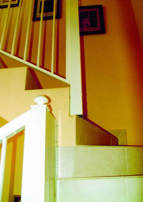 Foto 2. Auch bei dieser Treppe haben vier Stufen in der Kernzone überhaupt keinen Auftritt. Zu allem Überfluss ist der Handlauf in diesem Bereich auch noch unterbrochen, wodurch das Unfallrisiko noch steigt.