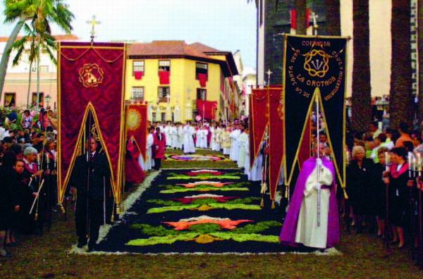 La Orotava: Feierlich schreitet die Prozession über die Sand- und Blumenteppiche bis zum Höhepunkt, dem imposanten Sandbild am Rathausplatz