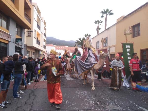 Die Heiligen Drei Könige auf Kamelen bei der Cabalgate de Reyes Magos am Vorabend in Granadilla de Abona.