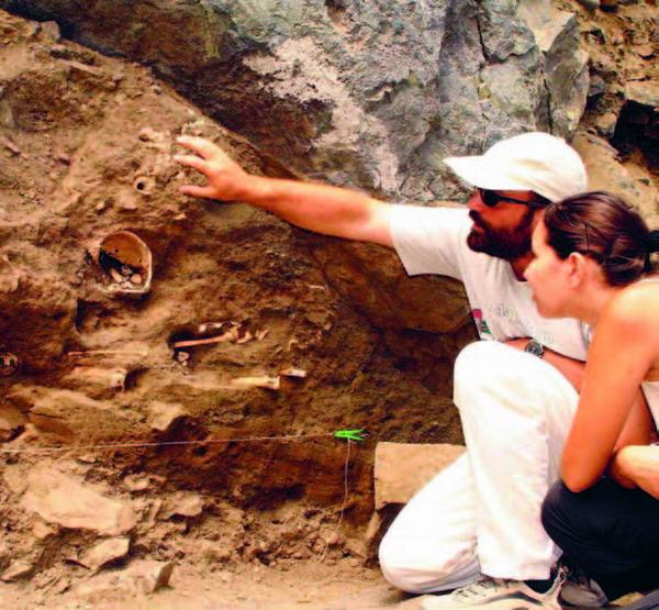 Vorsichtig und in mühevoller Kleinarbeit barg das Forschungsteam die prähistorischen Funde