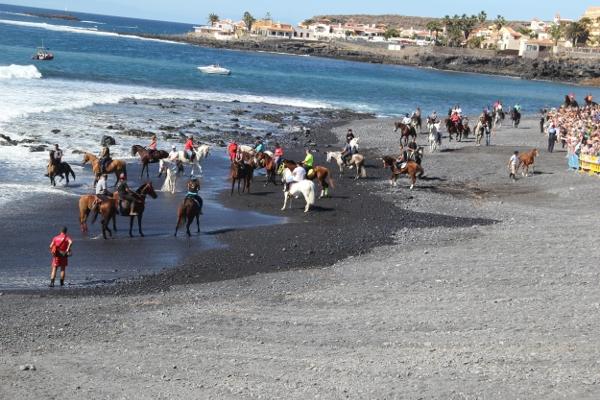 Bei diesem Fest werden Pferd und Reiter nass.