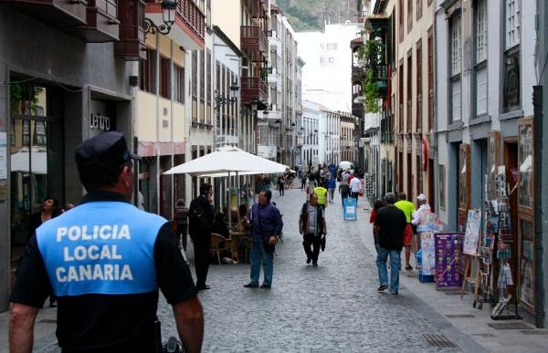 Lokalpolizisten auf Streife in der Hauptstadt. Ihnen fällt verdächtiges Verhalten auf.