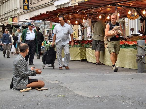 Frauen und Männer werden gleichermaßen zum Betteln auf die Straße geschickt.