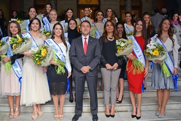 16 junge Damen träumen davon, einmal die Karnevalskönigin von Santa Cruz zu sein.