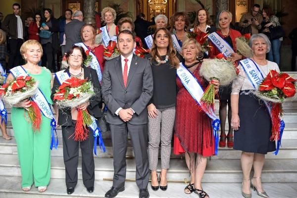 Die Kandidatinnen mit dem Bürgermeister von Santa Cruz.