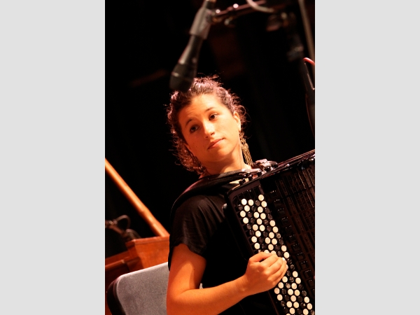 Seit 2010 arbeitet die Festlandspanierin und Künstlerin Arantza Aguirre Barcena auf Gran Canaria als Musikdozentin. Sie tritt mit ihrem slowenischen Kollegen Istol auf.