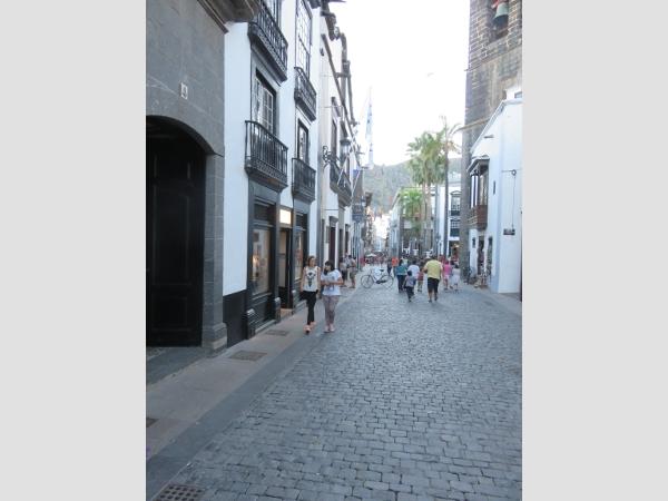 In dieser zentralen Geschäftsstraße in Santa Cruz de La Palma geschah der Brandanschlag während der normalen Geschäftszeiten.