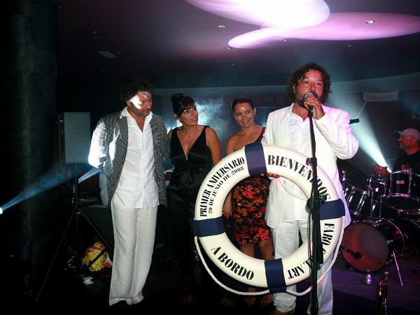 Diego Cano (links) und Higinio Guerra mit Partnerinnen eröffnen die Party