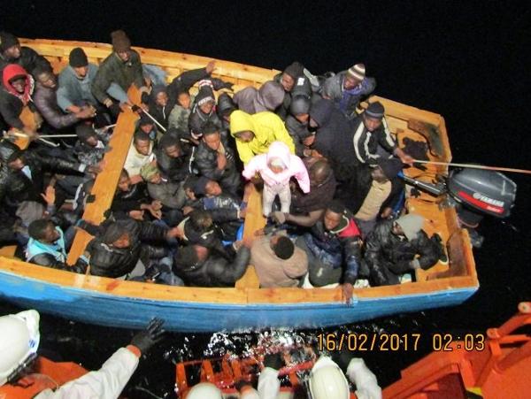 Wie groß muss die Verzweiflung sein, um sich im unberechenbaren Winter mit einem solchen Boot aufs offene Meer zu wagen? Noch dazu mit einem Baby?