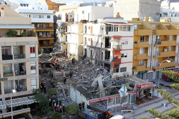 Wie ein Kartenhaus ging das mehrstöckige Gebäude in der Innenstadt von Los Cristianos in die Knie.