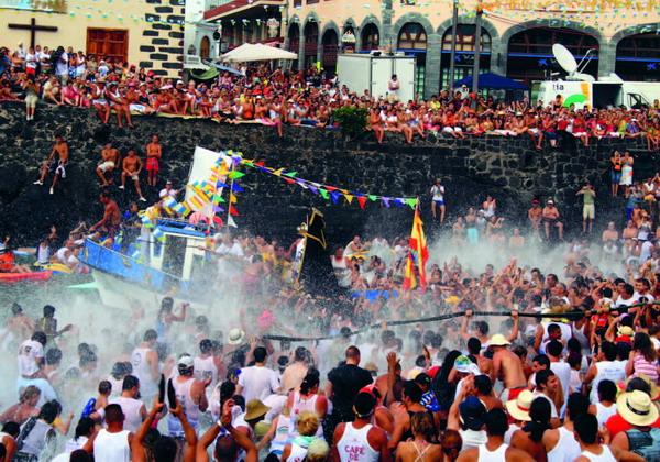 Die Virgen del Carmen ist die religiöse Hauptfigur, die mit weltlicher Ausgelassenheit gefeiert wird