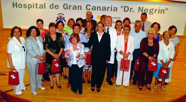 Die kanarische Gesundheitsministerin, Mercedes Roldós, mit den geehrten Hospital-Mitarbeitern