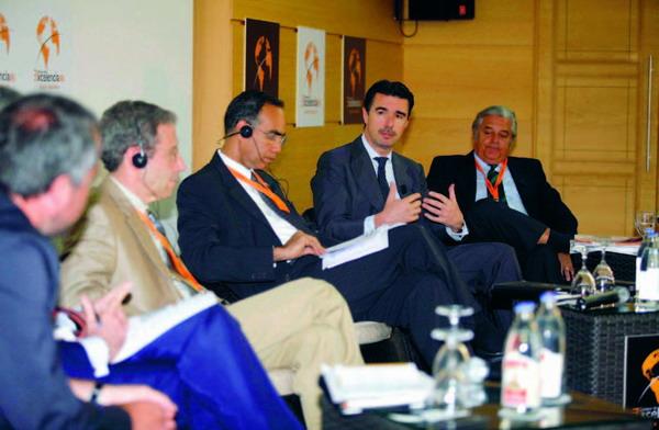 Die internationalen Wirtschaftsexperten während der Eröffnungssitzung