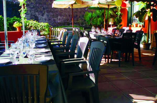 Auf der Terrasse laden gepflegt dekorierte Tische zum Essen ein