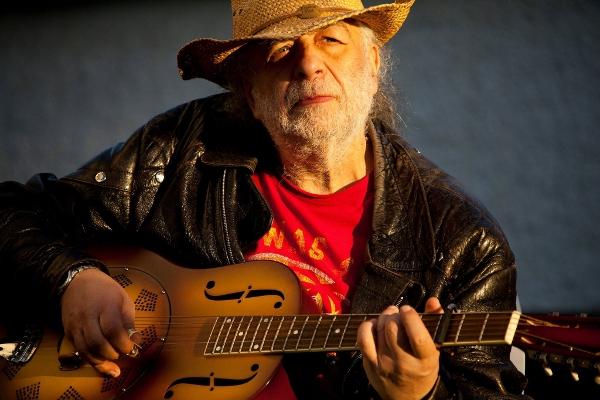Richard Smerin ist ein Experte des Finger-Picking-Spiels auf seiner Steel-Gitarre.