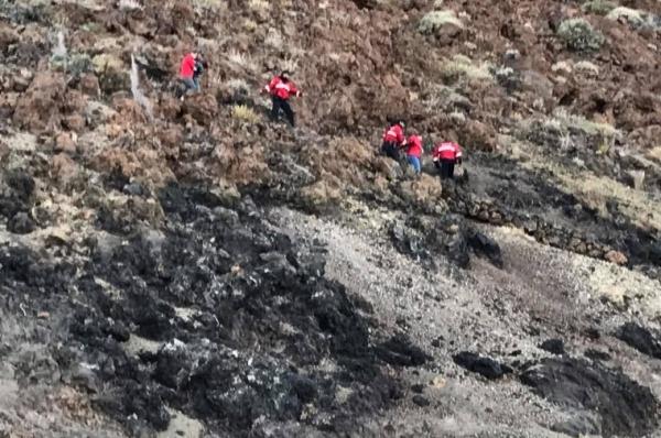 Feuerwehrleute begleiteten die geretteten Passagiere.