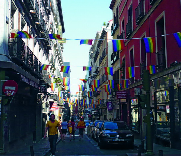 Was im Homexuellenviertel in Madrid ganz normal ist, sorgte auf dem Dach der Kirche in Telde für Empörung: die Gay-Pride-Flagge