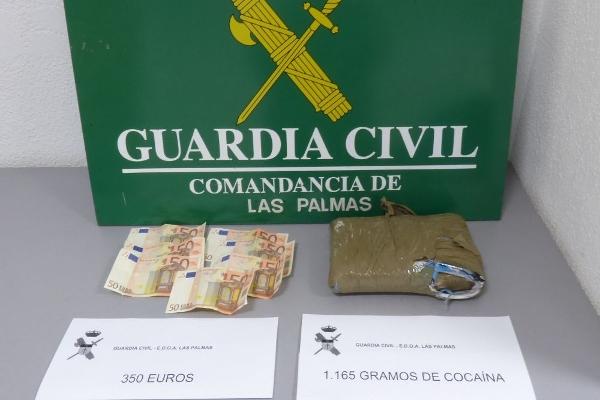 Der Verdächtige wurde in flagranti erwischt. Drogen und Bargeld wurden beschlagnahmt.