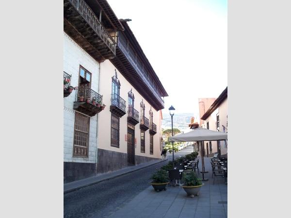 In dieser abschüssigen Straße vor der Casa de los Balcones ereignete sich der Unfall.