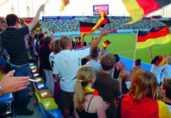Fußball: Stein des Anstoßes in vielen Beziehungen