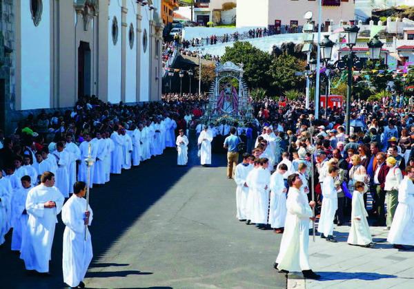 In einer feierlichen Prozession wird die Heiligen-Statue drei Mal um den Platz getragen