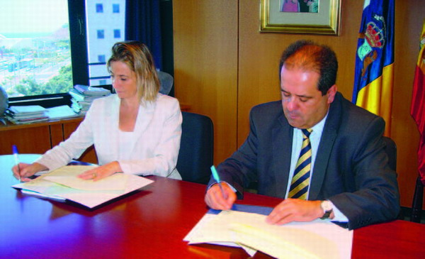 Pilar Merino und José Luis Perstelo bei der Unterzeichnung der Übereinkunft im Kampf gegen die Seeigelplage auf La Palma